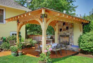 terase lemn deschisa cu cupotr cu mase si scaune solutie pentru o vara arida